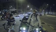El momento en que el vehículo choca a uno de los ciclistas. Foto: Captura YouTube.