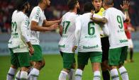 Los jugadores de Chapecoense le reclaman al árbitro el penal sancionado en su contra. Foto: AFP