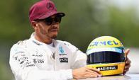 Primero. Hamilton con la réplica del casco de Ayrton. Foto: AFP
