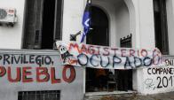 Sin clases: estudiantes ocupan desde ayer el edificio céntrico. Foto: D. Borrelli