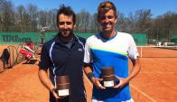 Bebu y Lindell con su trofeo en Suecia