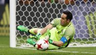 Claudio Bravo conteniendo el penal de Nani en la semifinal de la Copa Confederaciones entre Chile y Portugal. Foto: Reuters