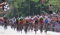 La llegada de la caravana al Club Ciclista Fénix. Foto: Rutasdeamerica / Facebook