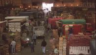 Entre 3.800 y 4.000 vehículos ingresan al Mercado Modelo cada día. Foto: archivo El País