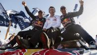 El piloto francés Stéphane Peterhansel, y su copiloto Jean Paul Cottret, celebran su victoria en el Rally Dakar 2017. Foto: EFE