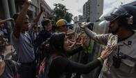 Estudiantes universitarios se enfrentan a policías en Caracas. Foto: EFE