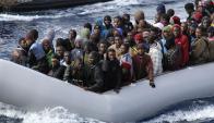 Peligro: la travesía cotidiana en precarias embarcaciones. Foto: AFP
