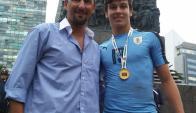 Osvaldo y Agustín Canobbio, padre e hijo, festejando la consagración Sub 20. Foto. Lalocastro2112