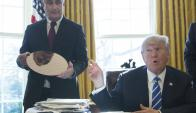 Brian Krzanich, consejero delegado de Intel junto a Trump. Foto: EFE