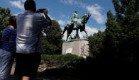 Ciudadanos toman imágenes del monumento al general Robert E. Lee. Foto: Reuters
