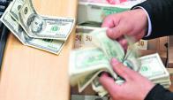 El dólar subió ayer mínimamente con la intervención del Banco Central. Foto: AFP
