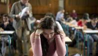 A las mujeres les va mejor en la evaluación, según análisis. Foto: AFP
