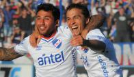 Dupla. Tabaré Viudez y Sebastián Fernández dan rienda suelta a su dicha. Foto: Ariel Colmegna