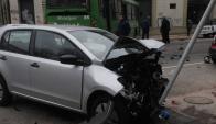 El auto no respetó el cartel de Pare y chocó con el ómnibus. Foto: Francisco Flores