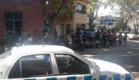 Amigos de Fabián Pérez esperan por la llegada del sospechoso al juzgado. Foto: Víctor Rodríguez.