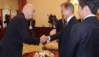 Gianni Infantino y Moon Jae-in, presidente de Corea del Sur. Foto: EFE