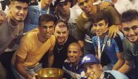 Los jugadores del plantel sub 20 posaron con Mariano Bermúdez y la copa. Foto: @marianobmz