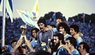 Rodolfo Rodríguez recibiendo el trofeo del Mundialito. Foto: archivo El País