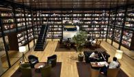Biblioteca. Más de 3.000 libros y revistas recubren las paredes de la sala. (Fotos: EFE)