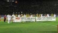 """""""Directivos renuncien ya"""", la pancarta de los jugadores de Nacional y Peñarol para la Mutual. Foto: Darwin Borrelli."""