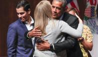 Barack Obama recibe el saludo de una estudiante de la Universidad de Chicago. Foto: Efe.