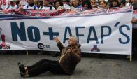 """Frente al Ministerio de Economía, """"cincuentones""""  reclamaron una solución. Foto: M. Bonjour"""