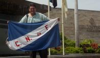 Hincha. Diego con la bandera del club que comenzó a amar a los seis años en Uruguay.