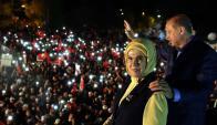 Erdogan y su esposa celebran el resultado de la consulta. Foto: EFE
