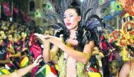 Giannina Silva delante de la cuerda de tambores plumereó su reinado en Melo. Foto: N. Araújo