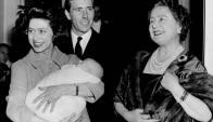 La pareja junto a la reina y su primer hijo. Foto: AFP