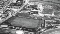 La foto muestra una vista aérea del campo de Defensor a comienzos de la década de 1930,