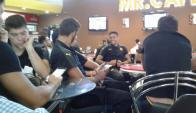 Los jugadores de Peñarol retrasados en Santa Cruz. Foto: @angel_aste