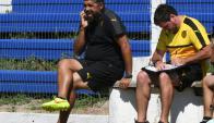 Preocupado. Así lució Leonardo Ramos observando el primer partido con Juventud. Foto: Ariel Colmegna