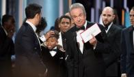 El momento del  papelón de los Oscar. Foto: EFE
