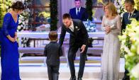 Thiago Messi, el hijo mayor de la pareja, le alcanza los anillos a su padre, ante la atenta mirada de sus abuelos