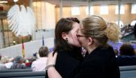 Dos mujeres celebran la legalización del matrimonio igualitario en el Bundestag. Foto: Reuters.