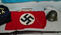Objetos con simbología nazi incautados. Foto: Agencia DyN.