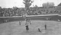 En el Parque Central se organizaron lidias en 1940, cuando se construía en Hospital de Clínicas. Foto: Archivo