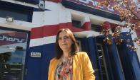 Patricia Álvarez, directora del instituto Dickens, frente a la sede de la calle 21 de setiembre.