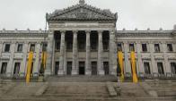 Palacio Legislativo con el lazo amarillo por el Día de la Lucha contra el Cáncer Infantil. Foto: Fundación Pérez Scremini