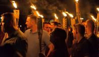 Manifestantes supremacistas anoche en Charlottesville. Foto: Reuters.