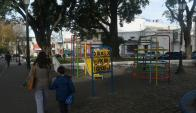 Grandes y chicos volvieron a atreverse a caminar por la plaza. Foto: A. Colmegna