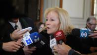Carolina Cosse habla con la prensa en el Palacio Legislativo. Foto: Francisco Flores.
