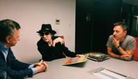 Contrato: Palito Ortega acompañó a Charly a firmar contrato con Sony. Foto: Difusión