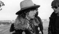 Bob Dylan y Sam Shepard dialogando. Atrás, Allen Ginsberg