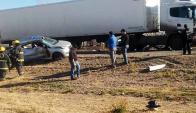 El conductor mordió la banquina y chocó contra un camión. Foto: Daniel Lezcano