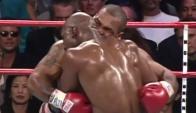 Mike Tyson en el momento que le muerde la oreja a Evander Holyfield