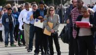 Fila de personas en busca de empleo en EE.UU. Foto: Reuters