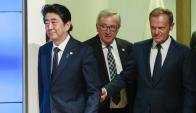 Primer ministro japonés, Shinzo Abe, junto al presidente de la CE, Jean-Claude Juncker. Foto: EFE