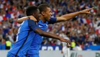 Ousmane Dembele y Kylian Mbappe festejando el gol de Francia. Foto: Reuters
